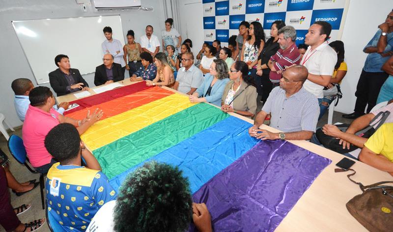 Travestis e transexuais podem usar nome social em registros escolares