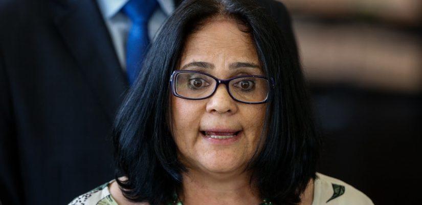 Após nova polêmica sobre aborto, ministra Damares Alves será condecorada no Maranhão sob protesto dos movimentos sociais