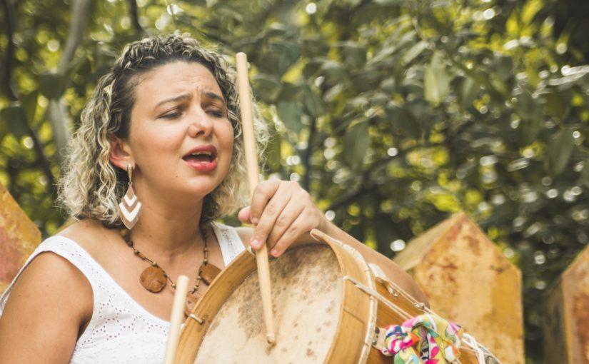 Casa d'Arte recebe a cantora Helyne, no show Ribanceira, neste domingo